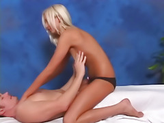 That babe acquires off engulfing large dick